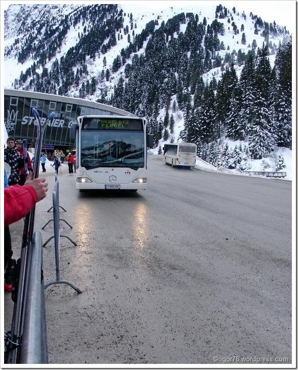 Австрия 2011. Stubaier Gletscher. Автобус, разъезжающие по парковкам.